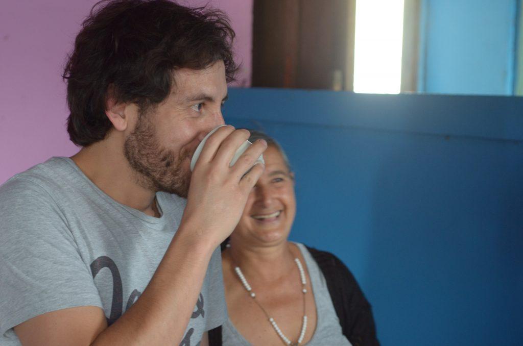 Daniel Moncayo probiert frisch gebrühten Kaffee