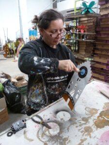 Liliana bei der Herstellung einer Uhr in Kolumbien